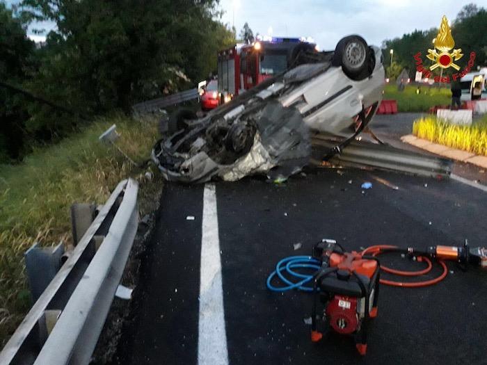 Grave incidente all'imbocco dell'autostrada, auto si ribalta. Due morti