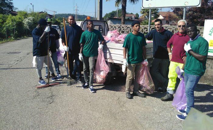 I richiedenti asilo al lavoro per pulire insieme le nostre strade