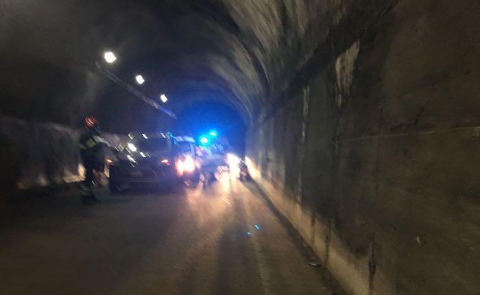 Incidente notturno nella galleria di Cremenaga, anche due giovani coinvolti