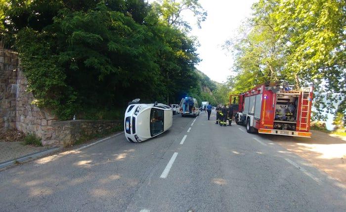 Incidente a Brusimpiano, auto si ribalta. Un 82enne finisce in Pronto Soccorso
