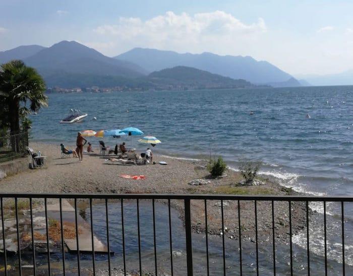 Schiuma nelle acque del lago a Colmegna, l'allarme dei bagnanti