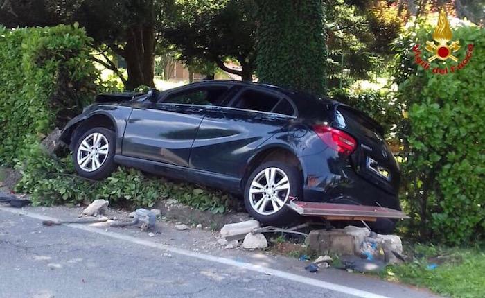 In auto fuoristrada e divelle un contatore del gas, 33enne finisce in Pronto Soccorso