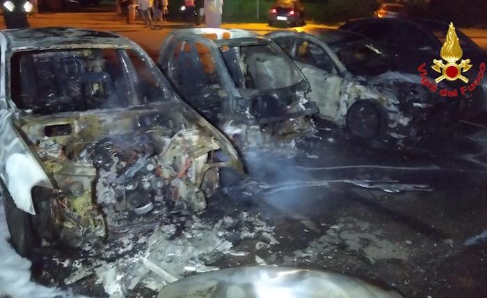 Incendio a Caldè, tre auto completamente distrutte. Indagano i Carabinieri