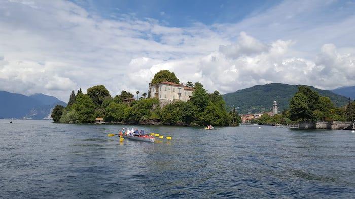 Da Usa e Australia dieci donne alla scoperta del lago Maggiore con la Canottieri Luino