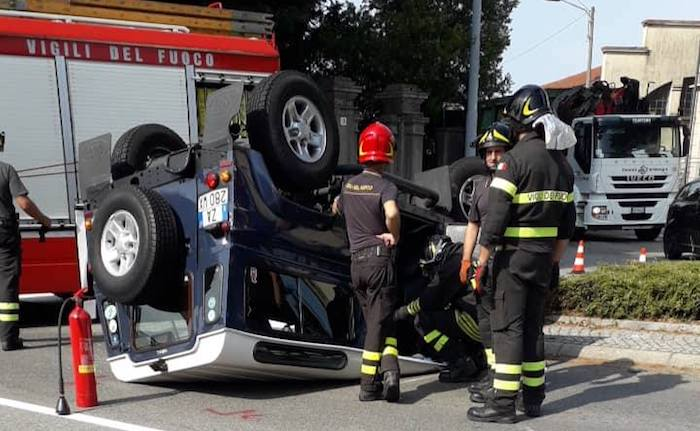 Incidente in centro a Luino, si ribalta un fuoristrada. Coinvolto un 60enne