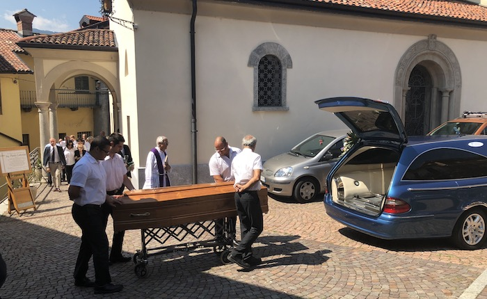 Porto Valtravaglia dà l'addio a Paolo Cattorini, ieri l'ultimo sentito saluto