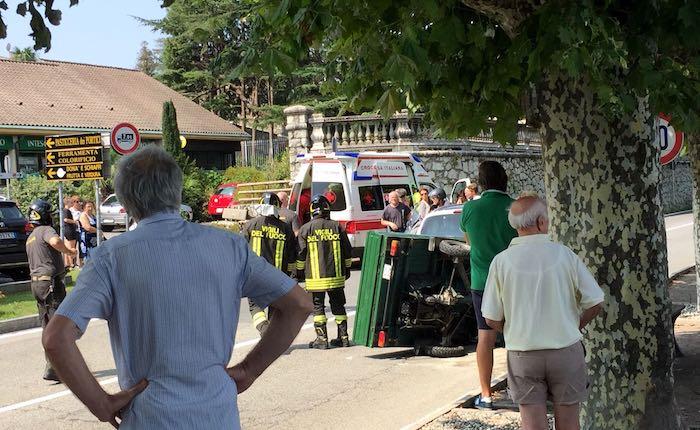 Scontro tra Apecar e auto a Porto Valtravaglia, due coinvolti. Interviene l'elisoccorso