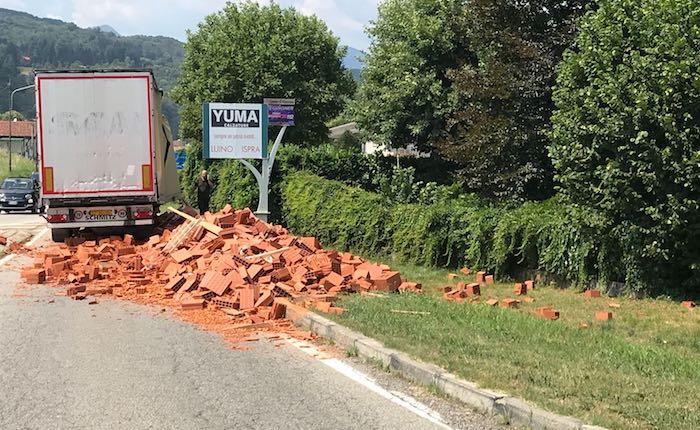 Mesenzana, camion perde carico mattoni per strada. Traffico in tilt