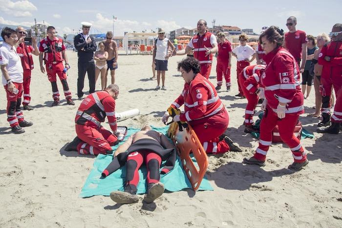 Marina di Pisa, i volontari della Croce Rossa Luino in spiaggia tra soccorso e solidarietà