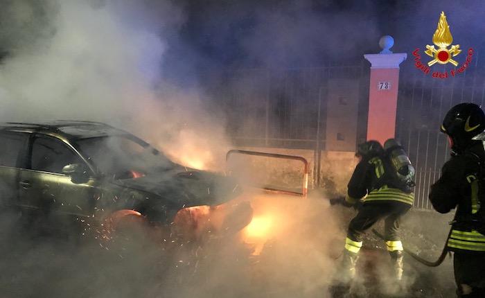 Bruciata un'auto nel centro di Cuveglio, indagano i carabinieri
