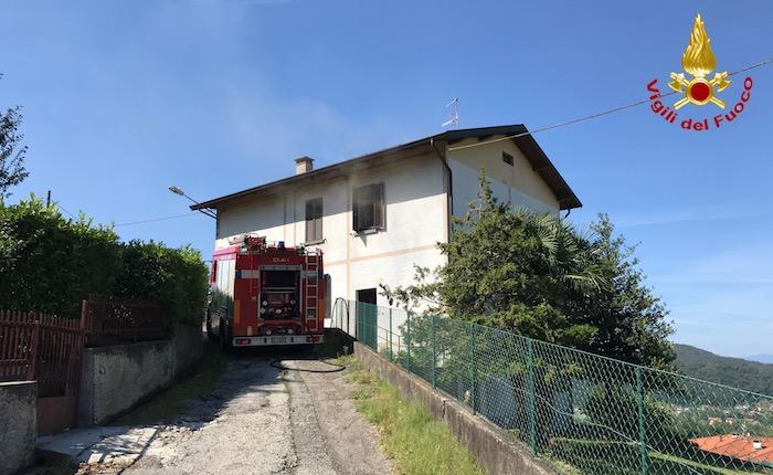 In fiamme un appartamento a Luino, intervengono i vigili del fuoco