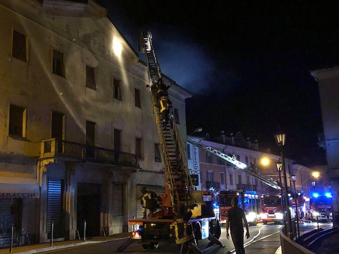 Grande incendio in un palazzo in centro a Luino, decine gli evacuati