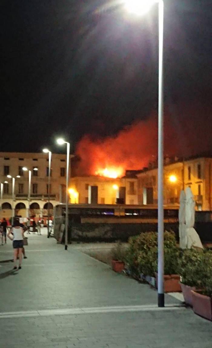 Grande incendio in un palazzo in centro a Luino