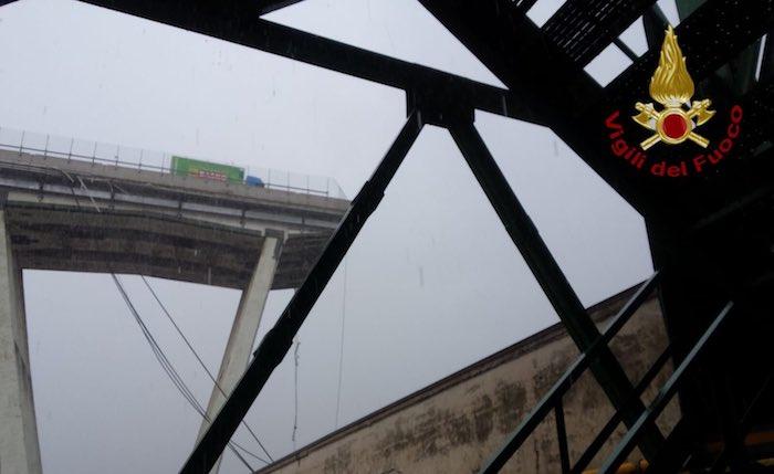 Crolla ponte Morandi su A10 a Genova, almeno 20 morti, 13 feriti