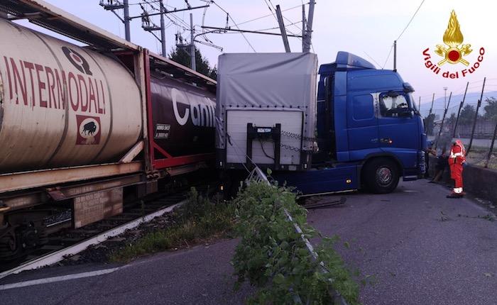 Scontro all'alba tra un treno merce e un camion, bloccata la linea Luino-Gallarate