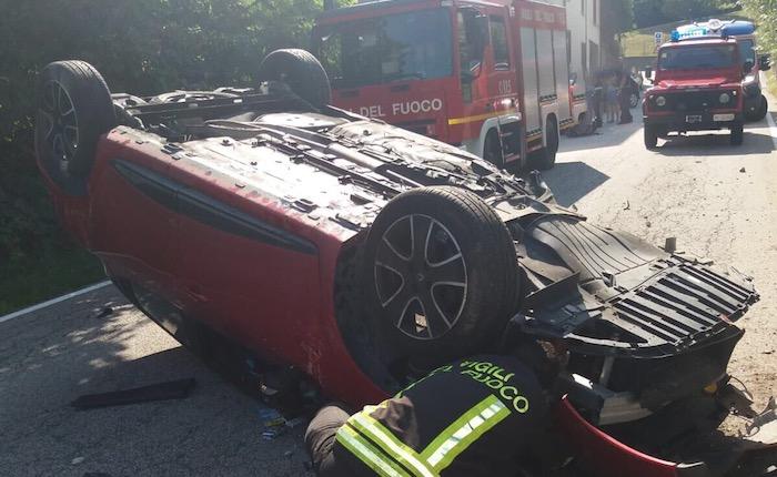 24enne perde il controllo dell'auto, colpisce un muretto e si ribalta sulla carreggiata