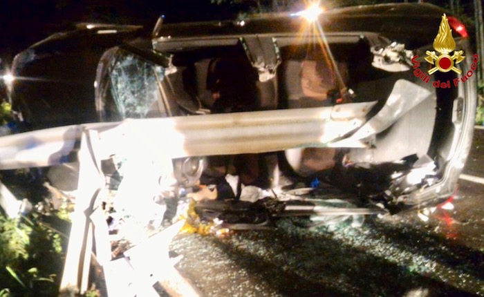 Grave incidente nella notte in Valganna, auto rimane incastrata in un guardrail
