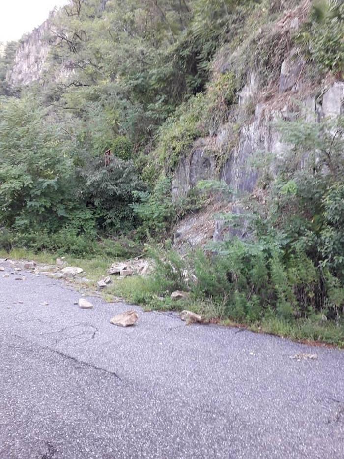 Colmegna, caduta massi dietro la galleria verso Maccagno.