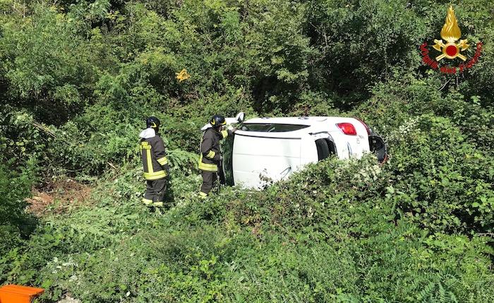 Due auto si scontrano sulla statale verso Zenna, una si ribalta e finisce nelle sterpaglie