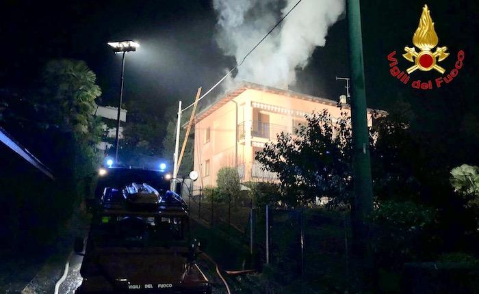 In fiamme una casa ad Agra, grande lavoro per i vigili del fuoco
