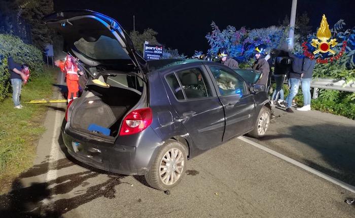Incidente nella notte, auto contro le barriere. Ferito un 54enne