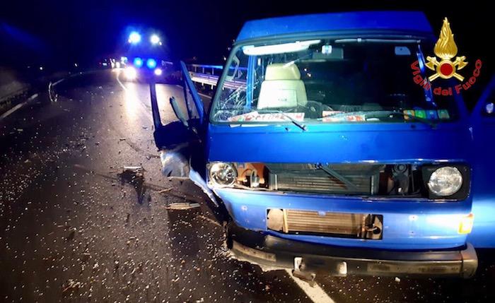 Scontro tra minivan ed auto sulla statale a Maccagno, coinvolti anche tre giovani