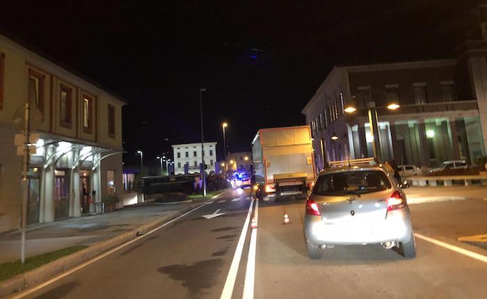 Scontro auto moto in centro a Luino, 17enne in Pronto Soccorso