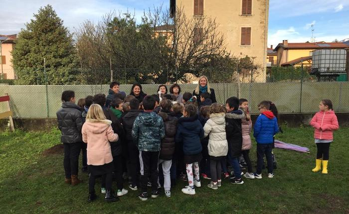 Scuola elementare di Creva, i piccoli studenti piantano un melo ed un pero