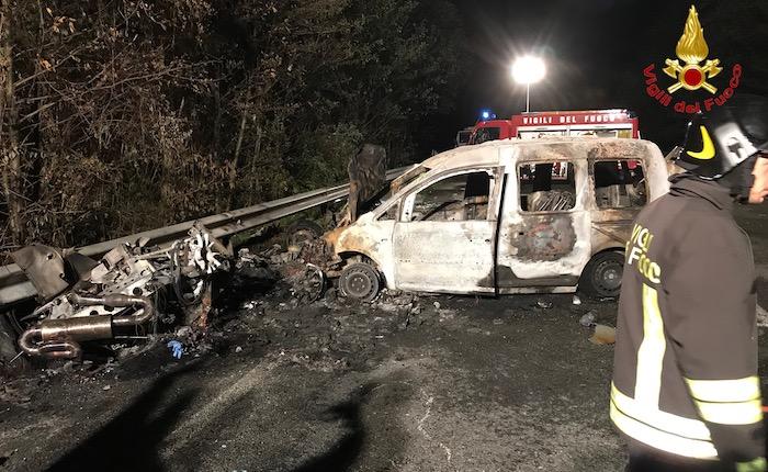 Incidente tra due auto sulla SP1 e scoppia un incendio. Perde la vita un 28enne