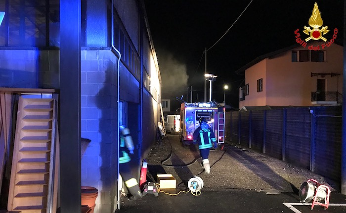 In fiamme un deposito a Cunardo