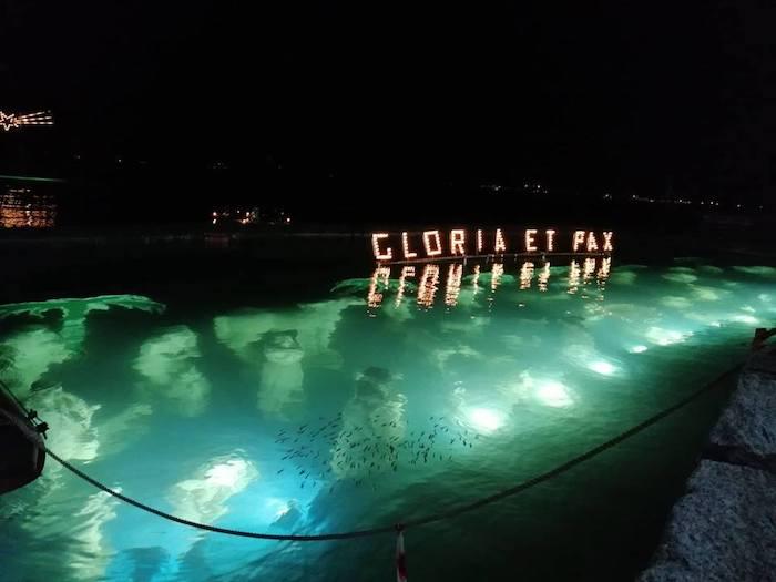 Laveno, il lago accoglie il presepe sommerso. Mille colori con luminarie e l'albero di Natale in acqua