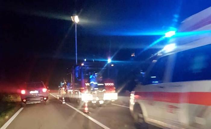 Grave incidente sulla provinciale tra Luino e Ponte Tresa, auto in una scarpata