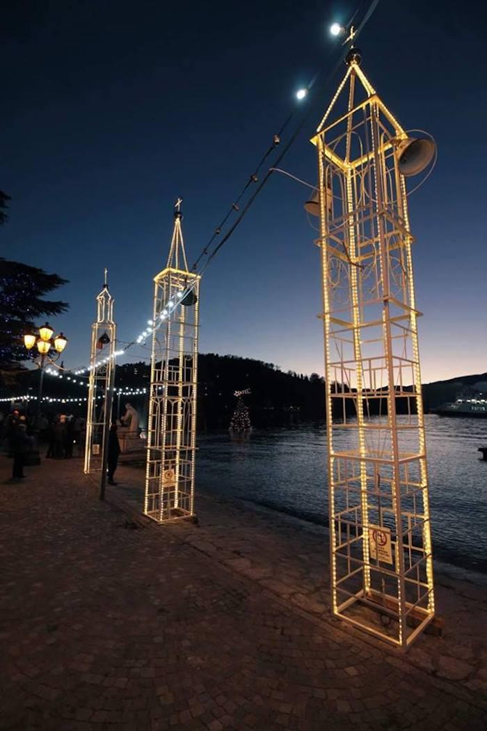 Natale a Laveno, sul lungolago si accendono i campanili con un richiamo alla RAI e agli anni '60