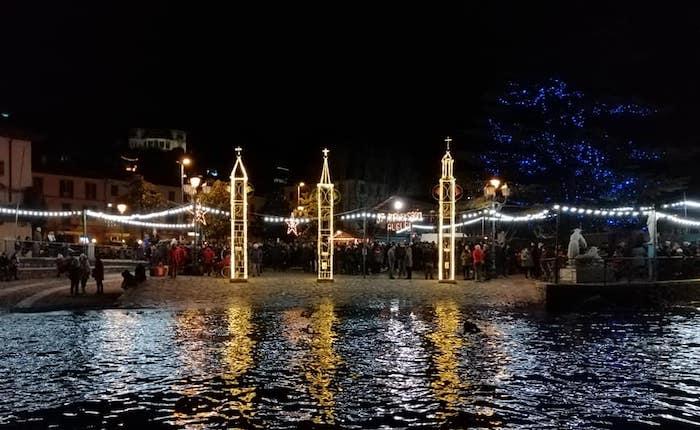 In tanti in riva al lago a Laveno Mombello per celebrare la notte della Vigilia