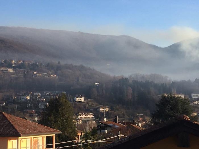 Brucia ancora il bosco tra Montegrino e Cugliate, fumo visibile da chilometri
