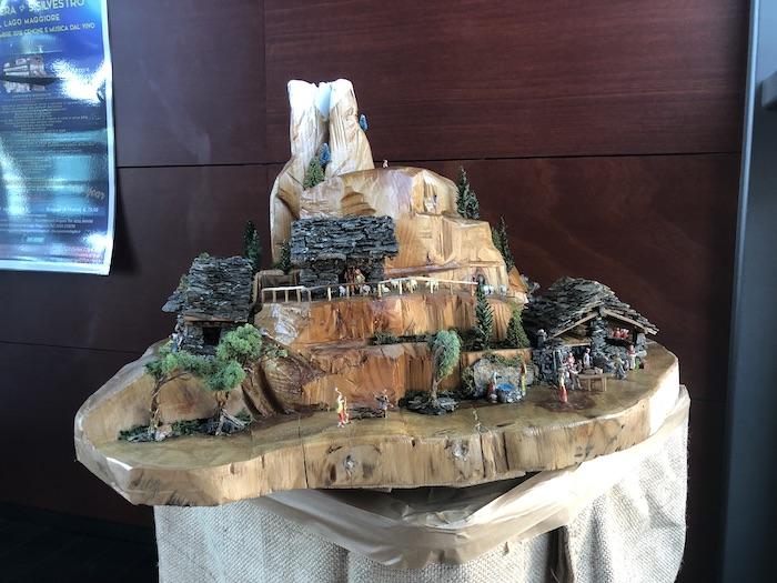 A Luino un presepe nel tronco di un castagno secolare, abbattuto da una tempesta anni fa