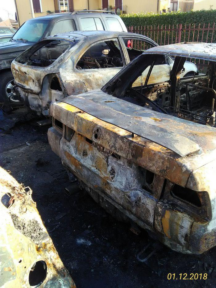 In fiamme un'officina di Marchirolo, distrutte una decina di auto. Indagano i Carabinieri