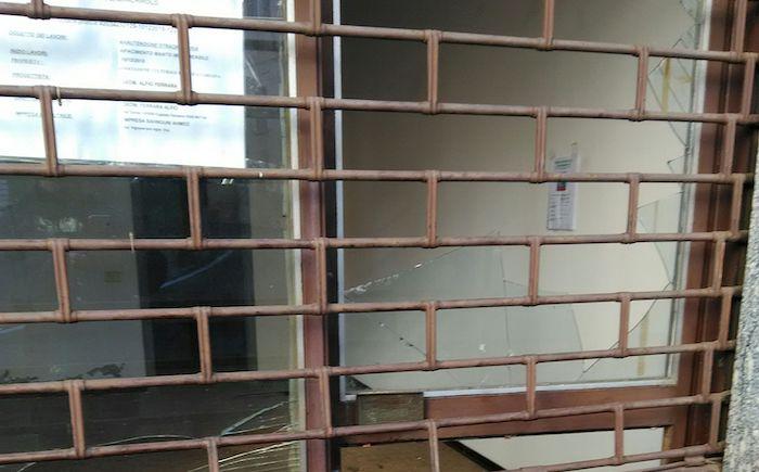 Atti vandalici al futuro centro islamico di Marchirolo, spaccata una vetrina