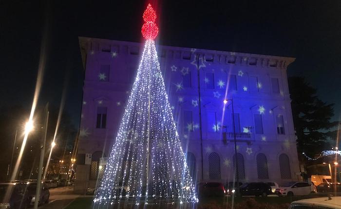 Luino, un imponente albero di Natale in piazza.