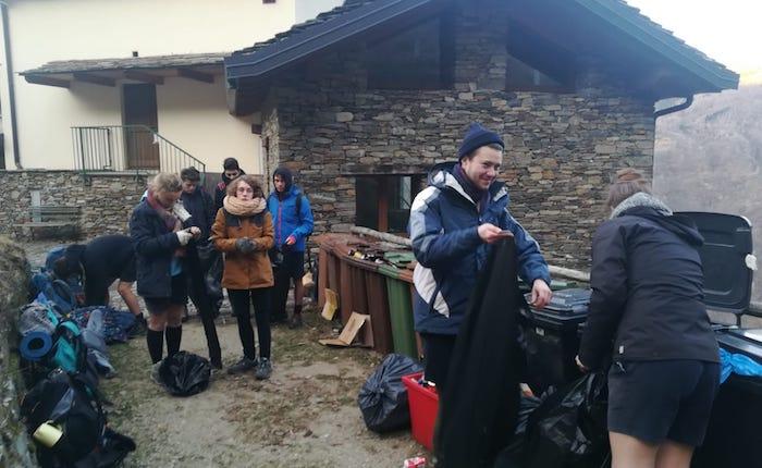 Monteviasco, i boyscout di Luino ripuliscono il borgo dai rifiuti. Spazzatura portata a valle