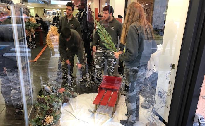 Il centro di Luino si colora di Natale grazie ai ragazzi fioristi del CFP
