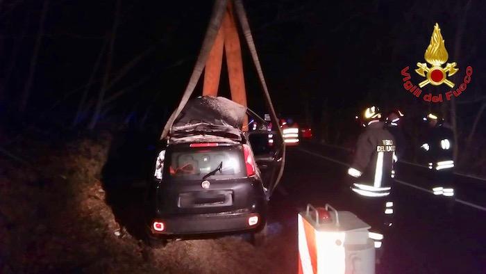 Auto si ribalta sulla strada del Cucco e finisce contro gli alberi, grave un 26enne