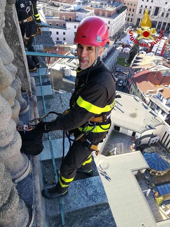 Luino, per l'Immacolata omaggio dei vigili del fuoco alla Madonnina del Porto Vecchio