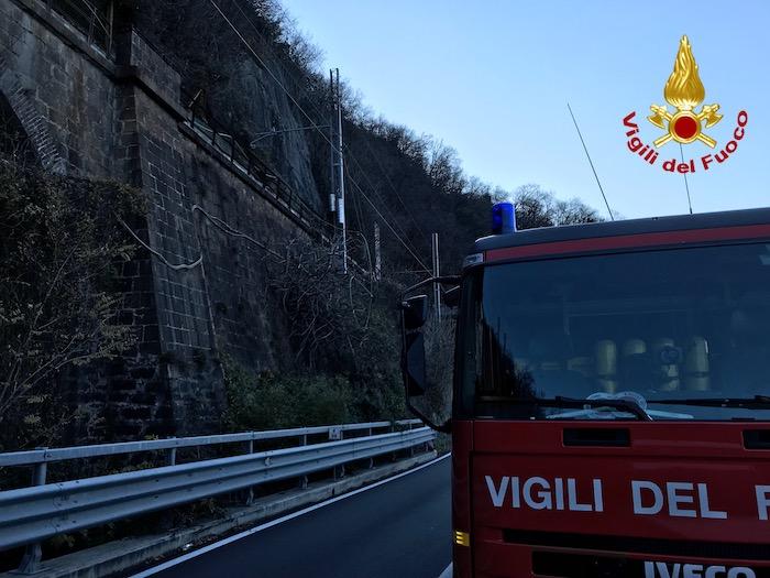 Frana tra Luino e Maccagno, aperta unità di crisi. Strada chiusa almeno fino a domani