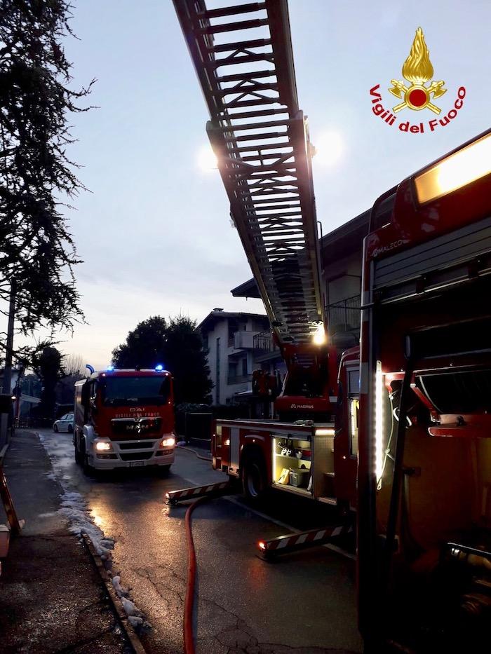 Diversi interventi dei vigili del fuoco nella notte, muore un uomo in casa avvolto dalle fiamme