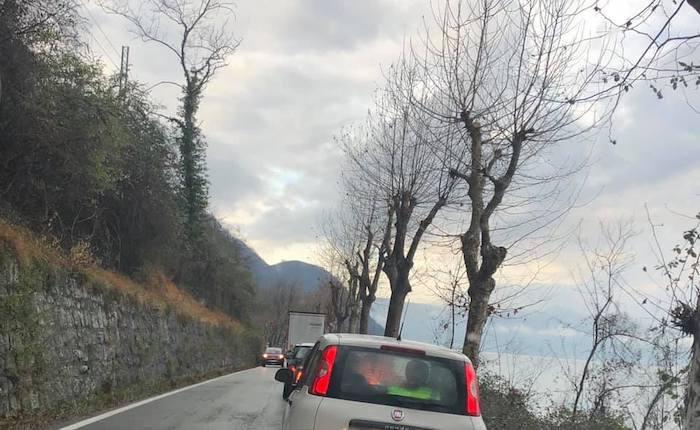 Tir incastrato sulla strada tra Castelveccana e Laveno, disagi alla circolazione