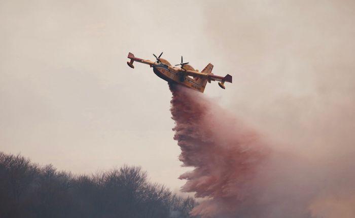 La Valganna ancora in fiamme, Canadair in azione