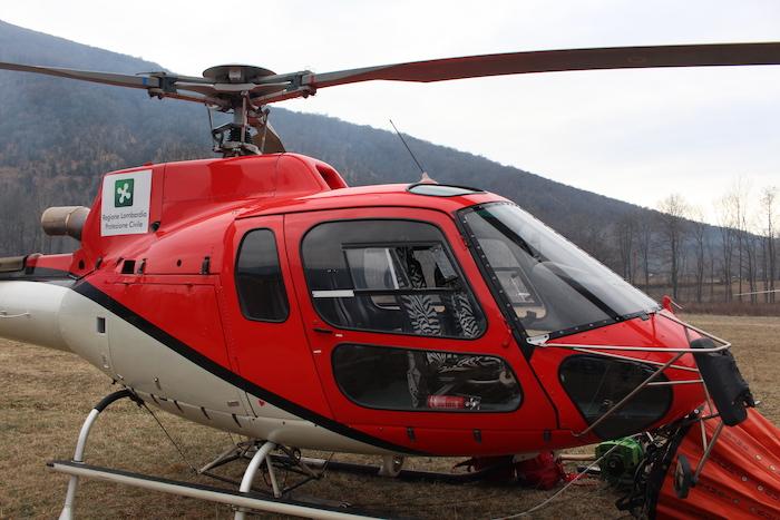 La Valganna ancora in fiamme, troppo fumo: elicotteri a terra