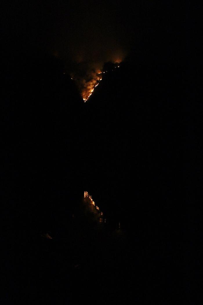 La Valganna brucia ancora, le fiamme avvolgono la montagna sopra il lago di Ghirla