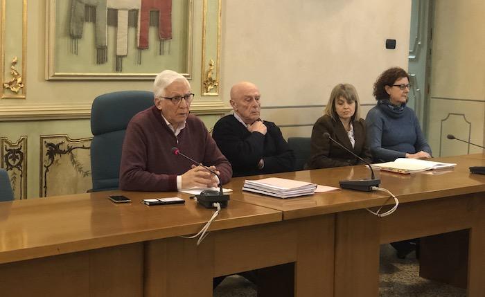 """Laveno, il sindaco Ielmini salva i lecci del lungolago. """"Ora rivedremo il progetto"""""""